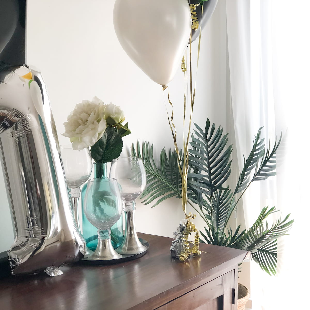 Balloon safari party decor